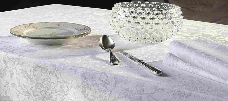 Weiße Tischdecken für edles Flair bei Tisch