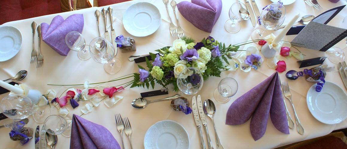 Farbenfroh gedeckter Tisch